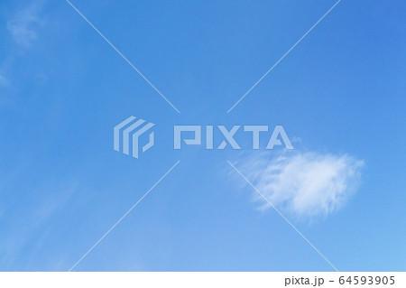 浮雲・両翼に小さな翼を持つ雲の風景 64593905