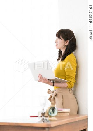 女性 パソコン  64629101