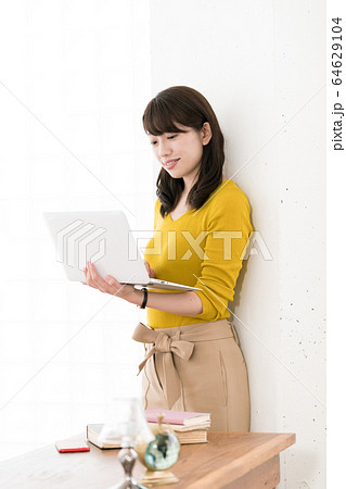 女性 パソコン  64629104