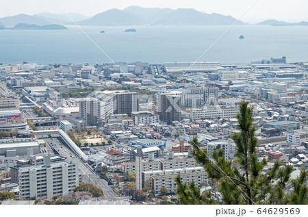 鈴が峰から眺めた草津界隈と広島湾の景色 64629569