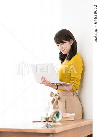 女性 パソコン  64629652