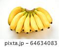 大きい房のバナナ。たくさんのバナナ。 64634083