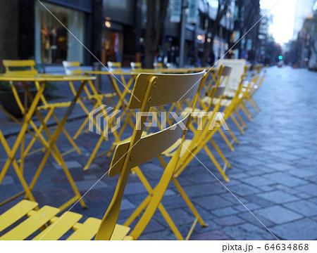丸の内仲通りのオープンカフェ(椅子メイン) 64634868