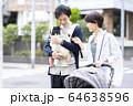 生後三ヶ月の赤ちゃんと散歩する父母 64638596