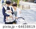 生後三ヶ月の赤ちゃんと散歩する父母 64638619