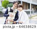 生後三ヶ月の赤ちゃんと散歩する父母 64638629