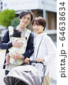 生後三ヶ月の赤ちゃんと散歩する父母 64638634