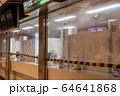 新型コロナ対策でビニールカーテンが設けられた駅の窓口 64641868