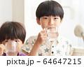 水を飲む男の子 64647215