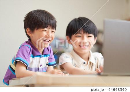 PCの画面を見る男の子 64648540
