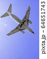 真上を飛行する飛行機  ボーイング737-500 64651743