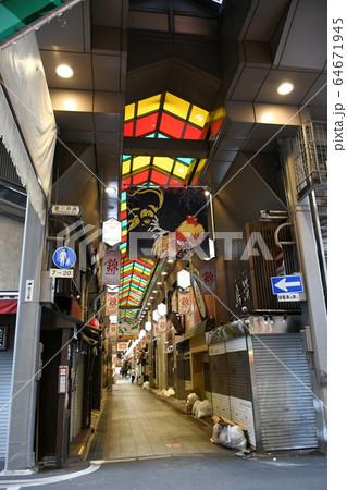 新型コロナウイルスによる緊急事態宣言で多くの店が休業している京都・錦市場 64671945