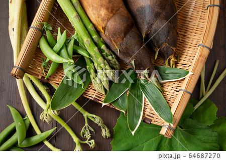 ザルに盛られた春野菜 64687270