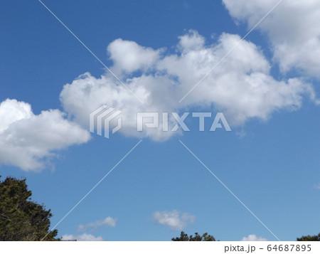 冬の青空と白い雲 64687895