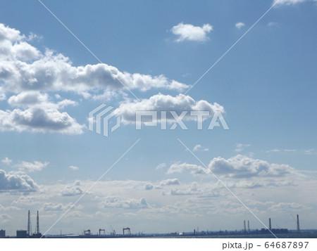 冬の青空と白い雲 64687897