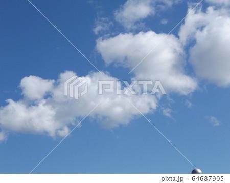 冬の青空と白い雲 64687905