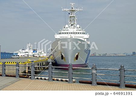 横浜港に停泊する海上保安庁の巡視艇 64691391
