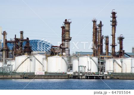 工業地帯のタンク群と蒸留塔群の景色 64705504