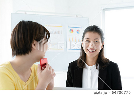 女性 カジュアルビジネス オフィス スマホ  64706779