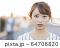 若者 女性 64706820