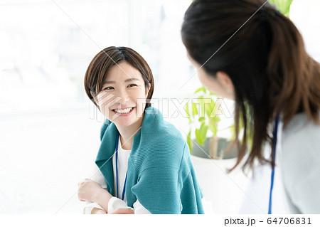 カジュアルビジネス 女性 オフィス 64706831