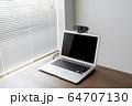 ウェブカメラをつけたノートパソコン 64707130