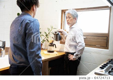 コーヒーを淹れながら語らうシニアと若者 64724713