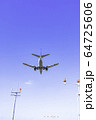 着陸する飛行機  ボーイング737-500 64725606