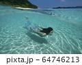 水中の女性 64746213