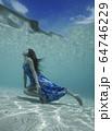水中の女性 64746229