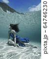 水中の女性 64746230