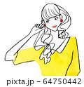 耳に手を当て考える可愛い女の子 64750442