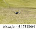 ドライバーショット ティーショット ゴルフ場 ティーグラウンド ゴルフイメージ  64756904