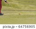 ドライバーショット ティーショット ゴルフ場 ティーグラウンド ゴルフイメージ  64756905