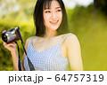 美人 女性 カメラ 楽しむ 趣味 明るい 魅力的 人物 素材 64757319