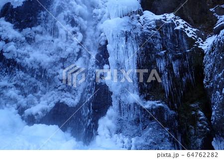 東京都奥多摩町川苔山、結氷する百尋ノ滝 64762282
