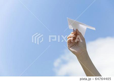 紙飛行機を飛ばす子供手元 64764405