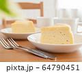 スフレチーズケーキとコーヒー 64790451