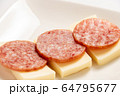 チーズとソフトサラミのおつまみ。 64795677