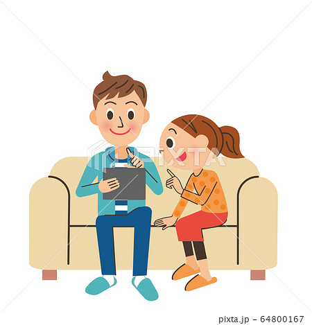 ソファーでくつろぎながら情報を探している。 64800167