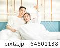 若い カップル 夫婦 ベッド 寝室 寄り添う 恋愛 幸せ 家庭 人物 素材 64801138