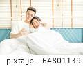 若い カップル 夫婦 ベッド 寝室 寄り添う 恋愛 幸せ 家庭 人物 素材 64801139