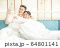 若い カップル 夫婦 ベッド 寝室 寄り添う 恋愛 幸せ 家庭 人物 素材 64801141