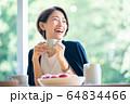 女性 ホテル ラウンジ コーヒー カフェ   64834466