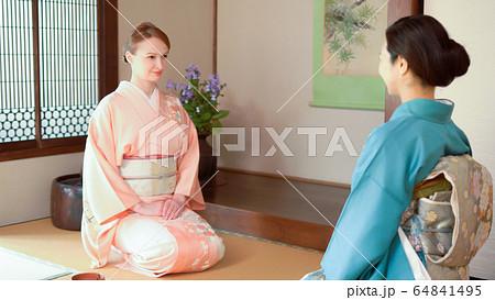 日本文化体験 茶道を教わる外国人女性 64841495