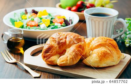 サラダ パン 朝食 64857702