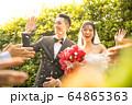 若い カップル 結婚式 ウェディング ドレス 花嫁 花婿 幸せ 祝う 人物 素材 64865363