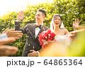 若い カップル 結婚式 ウェディング ドレス 花嫁 花婿 幸せ 祝う 人物 素材 64865364