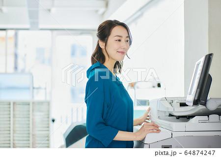 ビジネスウーマン   オフィス 64874247