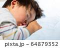 幼児の寝顔 アップ 男児 ボケ 64879352